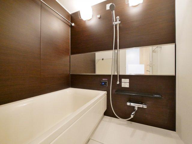 落ち着いた色合いの浴室 浴室換気乾燥機が標準装備です