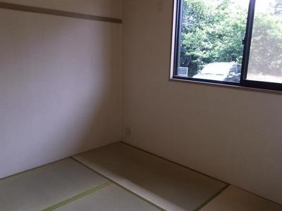 和室にも大きめの窓があり、明るいです♪