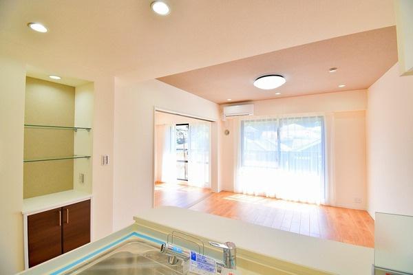 窓が大きく明るいリビング 日中は電気をつけなくても明るいです。