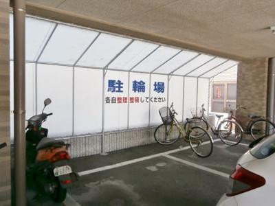 屋根付き駐輪場。雨の日も安心!
