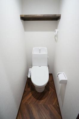 ウォシュレット付き。室内にはタオルハンガー・棚があり、清潔感のあるトイレとなっております。※退去前の為、新築時の写真を使用しております。