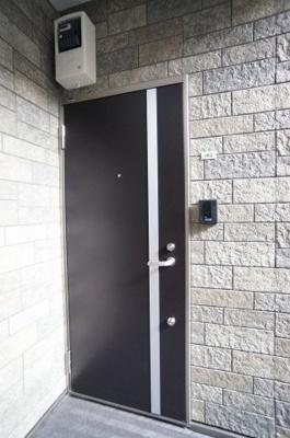 玄関ドアは、ダブルロックになっております。 ※退去前の為、新築時の写真を使用しております。
