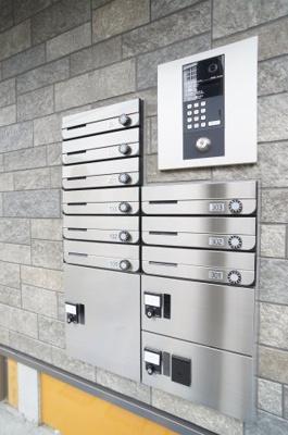 ダイヤル錠付き集合ポスト・宅配BOX・オートロック。 ※退去前の為、新築時の写真を使用しております。