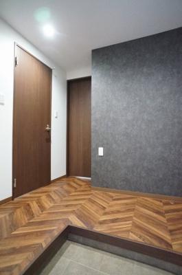玄関はゆとりのあるスペースとなっており、帰宅時すぐから解放感を感じる事が出来ます。玄関土間部分も落ち着いた色調となっております。※退去前の為、新築時の写真を使用しております。