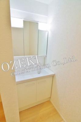 三面鏡付き独立洗面化粧台です♪