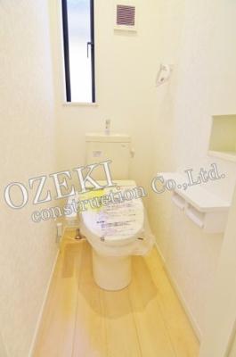 トイレは1階と2階2ヶ所にございます♪自動開閉機能付きトイレです♪
