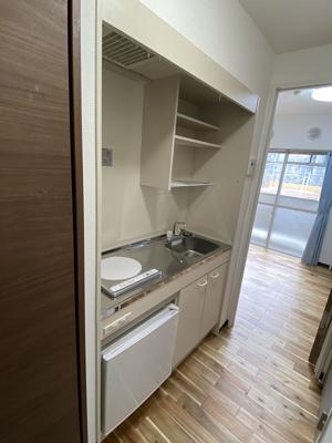 単身用のシステムキッチンです。冷蔵庫も設備で付いてますよ。