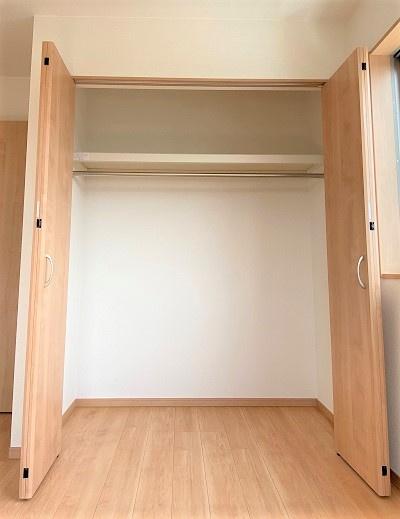 ウォシュレット機能付きのトイレ。汚れにも考慮した設計で掃除しやすく清潔に保てます。手すり付き。
