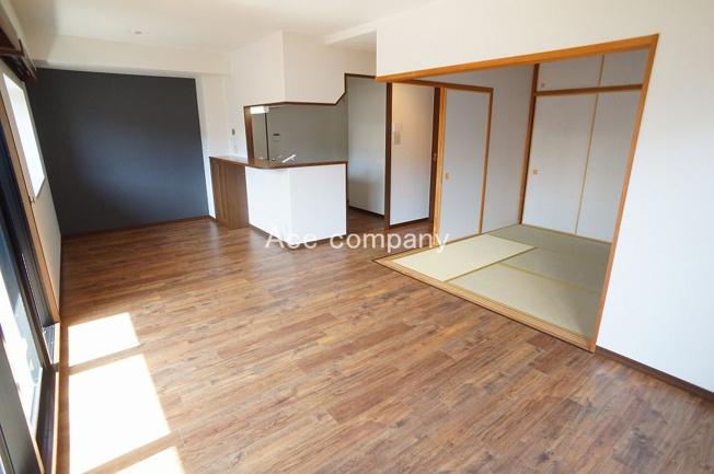 【LDK:約15.3帖】リビングと一体型、床段差の無いフラット設計の和室です♪