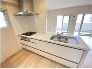 キッチンのすぐ横には窓がございます。換気しながら、例えば揚げ物の臭いを逃がしながら調理が可能です。また、カウンターキッチンの為、室内を見渡しながら家事が出来ます。 食洗・乾燥機付。