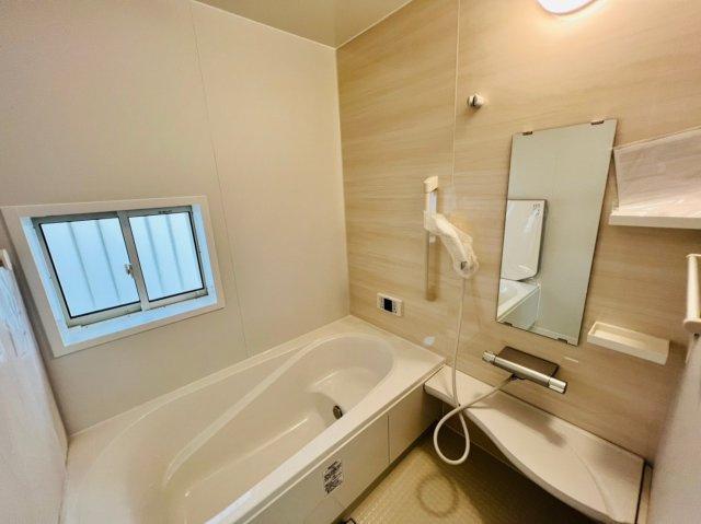 お子様と一緒にバスタイムを楽しめる広々浴室は1坪以上。脚を伸ばしてゆっくりとくつろぐことができるので一日の疲れを癒すことができます。浴室乾燥機付きで雨の日でも楽々お洗濯♪