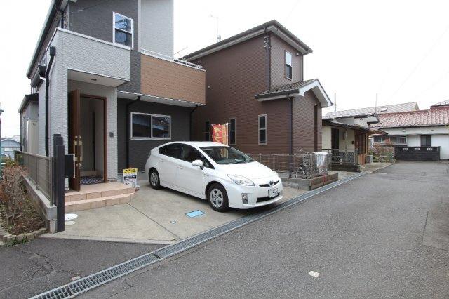 西側の前面道路は、交通量の少ない落ち着いた住環境です。  並列駐車2台可能です。