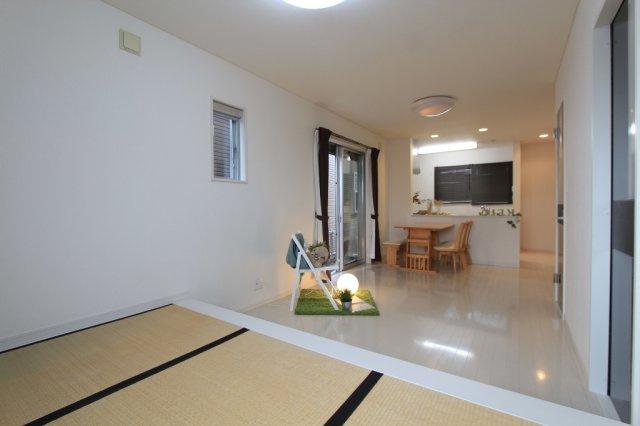 小上がり和室は、お昼寝スペースだけでなく、家事スペースや、ソファー代わりとしてなど、多用途にご使用でき大変便利です。