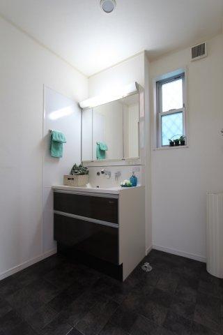 小窓からの採光によって、ジメジメしがちな水回りも気持ちよく換気できます。  また、収納力の高い洗面台は化粧品や、洗面用具などもスッキリ片付きますね。