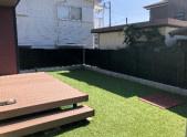 しっかりと整備されたお庭スペース。人工芝仕様で雑草等の管理が不要で嬉しいですね◎ 使い勝手の良いウッドデッキがあるので、多用途にご活用いただけます。