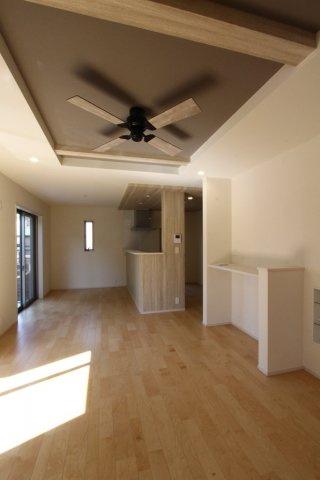 広々17.0帖のリビング◎折り上げ天井にアクセントクロスを使用することでお洒落な空間を演出します♪開放感があり、光の陰影を生む奥行は部屋の雰囲気を大きく変えます◇