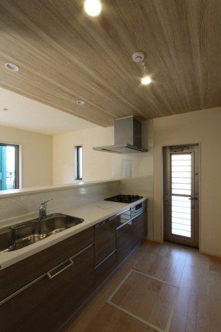 キッチン上部にポップアップ天井◇天井一面のクロス色を変更し、少し下げてダウンライトを採用した仕様です!明るく温かみを感じられるキッチンになっております♪ゴミ出しに便利な勝手口付◎