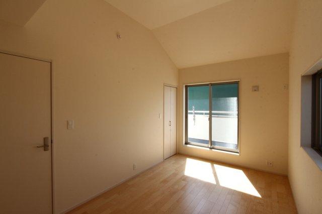 主寝室におススメの7.5帖の洋室は、開放感溢れる勾配天井採用◆2面採光で風通し陽当り良好の気持ちの良い室内環境です♪たっぷり収納できるウォークインクローゼットが備わっています!