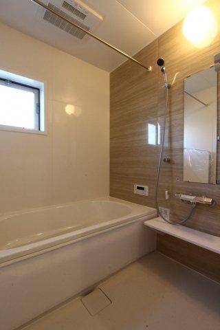 大人が足をまっすぐ延ばしても浸かれるタイプのバスユニット◎広いバスタブは、ゆったり浸かれ毎日の疲れを癒してくれる時間ですね♪こもりがちな浴室も換気ができる窓も備わっております!