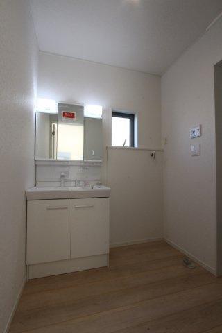 小窓からの心地よい陽光が差し込み明るい洗面ルーム。洗面の小物などもスッキリ片付く便利な収納があるのも嬉しいポイントですね。