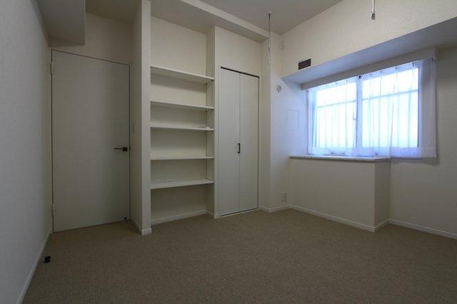 居室にはそれぞれ収納が完備されておりますので、お部屋がすっきりと片付きプライベートタイムが充実しますよ。さらに6.1帖の洋室には可動式の壁面収納が設けられ、お気に入りの小物など見せる収納も楽しめます。