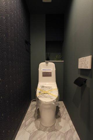 何度もペーパーで拭く必要が無く、紙代の節約にもなる温水洗浄便座を採用した綺麗なトイレ空間です。高級感漂う落ち着いた雰囲気で壁紙は汚れも目立ちにくく、お掃除も楽々◎ ぜひ細部までゆっくりとご内覧下さい。