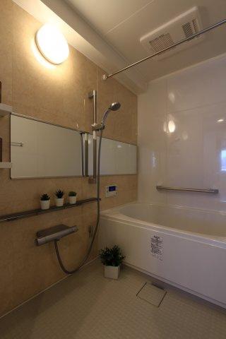 新規交換済のバスユニットなので気持ちよく新生活を始めて頂けます。一日の疲れをたっぷりと癒して下さいね。寒い日も浴室内を温めてからご入浴頂ける浴室乾燥機付きで、雨の日の洗濯物干しには上部ポールが大活躍◎