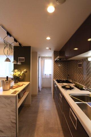 汚れが目立ちにくく、ヘリンボーン柄がお洒落なアクセントのシステムキッチンは、新規交換済◎3口コンロでお料理も捗りますよ!奥様の家事負担を軽減する食洗機や、食材のストックもたっぷりしまえるパントリー付き