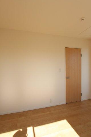 2階洋室には季節ごとの入れ替え不要な充実の収納、ウォークインクローゼットを含む全室クローゼット完備で収納豊富になっています。