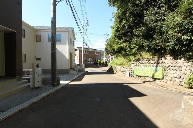 閑静な住宅街で落ち着いた住環境。学区は東小学校、東中学校になります。