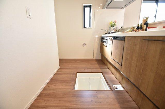 床下収納もあり、調味料のストックなどを保管しておくのに便利!
