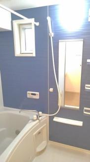 浴室に窓があり、明るいです。