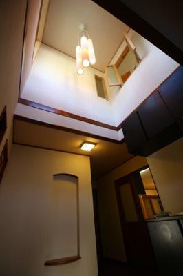 門扉から玄関までのびたエントランスが邸宅の雰囲気を醸し出します