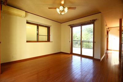 大きめの窓がついている開放感のあるバスルームです!