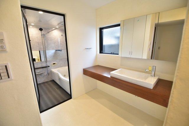 清潔感のある洗面台です。写真では確認できませんが、収納スペースも付いており、片付きづらい洗面所もすっきりと。