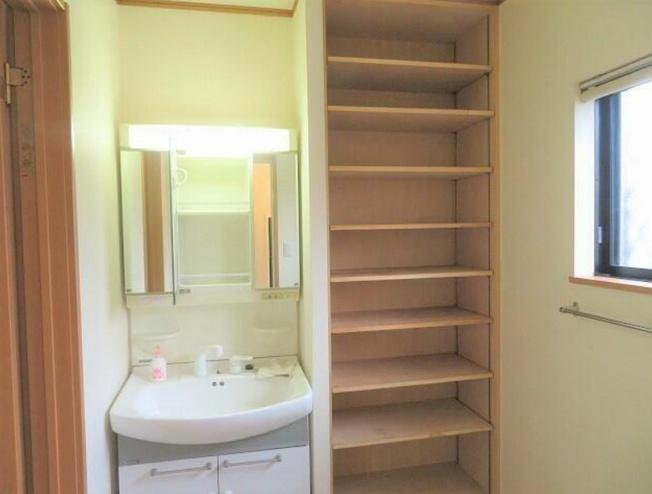 2.5帖の広い洗面スペース~シャワー付き洗面化粧台、収納棚、室内洗濯機置場、脱衣スペース有り