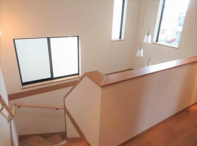 2階への階段~手摺り付きで安心