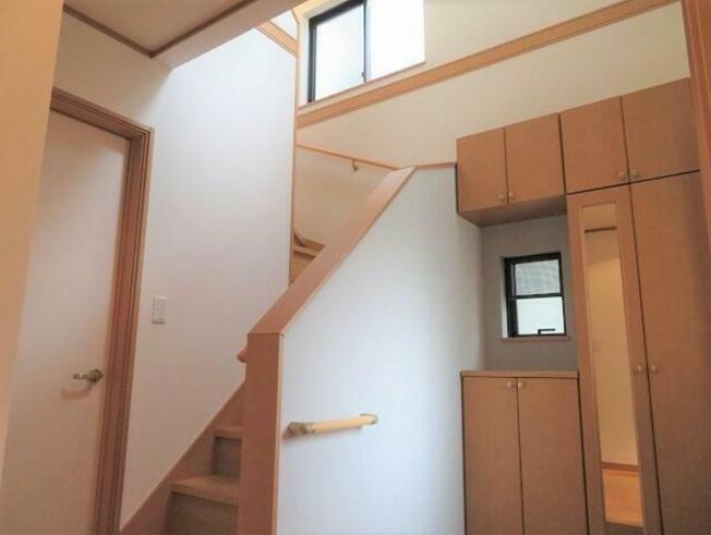 吹き抜けの有る明るい玄関~姿見の有るトータルタイプの玄関収納