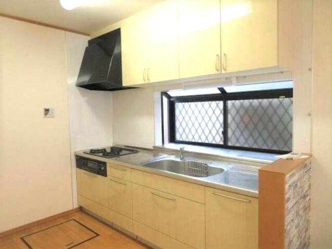 窓が有り、換気がしやすく明るいキッチン~床下収納付き