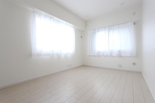 ~自然光のみでの撮影~ 二面採光で明るい居室です♪ 収納もしっかりあります!