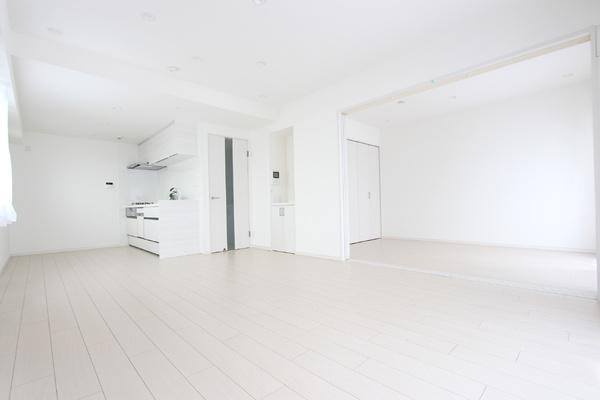 LDKと隣接している、洋室と繋げて大型リビングとして使うことも出来ます♪