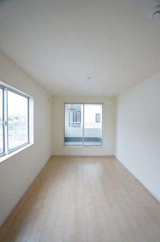 【同仕様施工例】2階 2カ所から出入り出来る共通のバルコニーがあります。