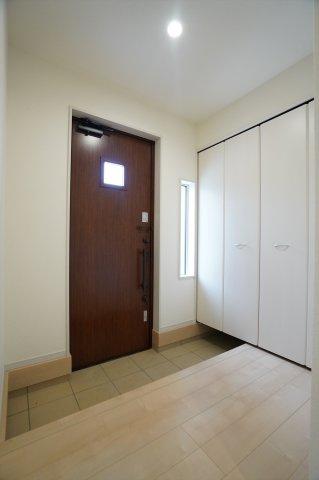 【同仕様施工例】ガラス部分から光が取り込める玄関ドアなので明るいです。