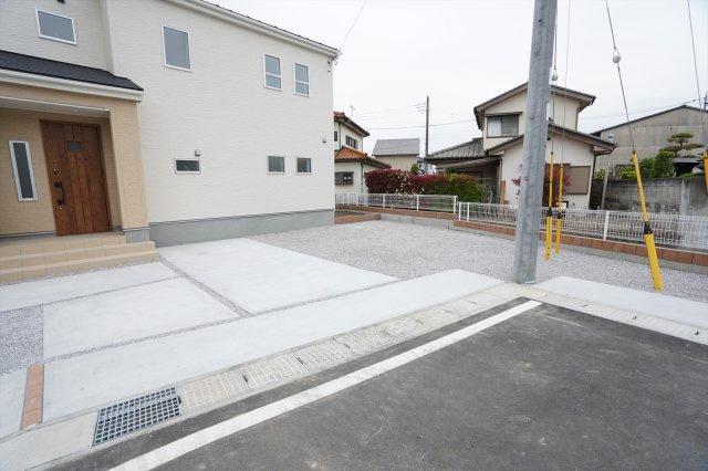 【同仕様施工例】駐車場も整備されているので駐車もラクラクです。