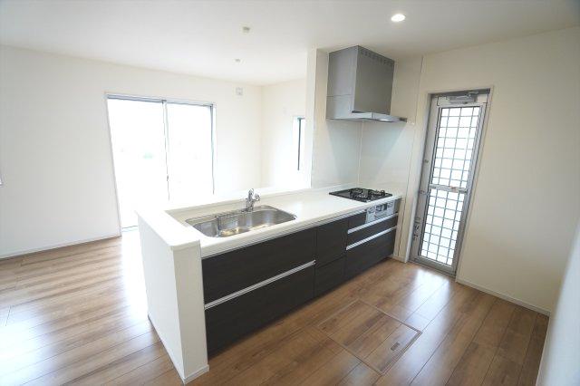 【同仕様施工例】対面式のキッチンです。お子様の様子を見ながらお料理できます。