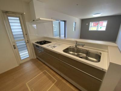 食洗器やも浄水器一体型の水栓も備えた、料理が楽しくなる機能的なシステムキッチン