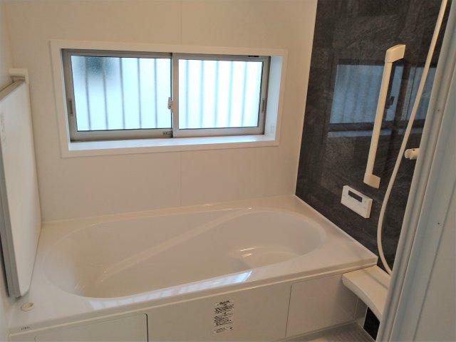 対面式キッチン優れた耐熱性と、汚れが染み込みにくい人造大理石のカウンターは普段のお手入れが簡単。