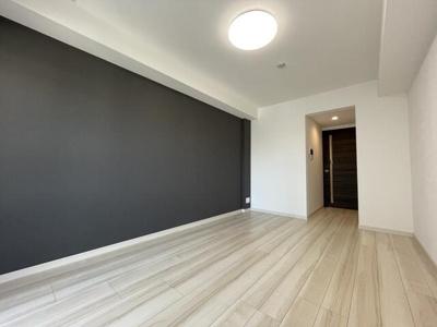 「清潔感あふれるフローリングを使用した居室です」