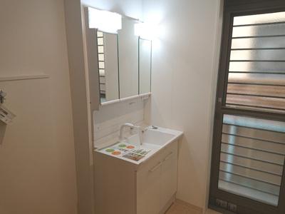 洗面化粧台は三面鏡タイプを採用。洗面室に勝手口があるため、洗濯動線良好で家事をスムーズにこなせます♪