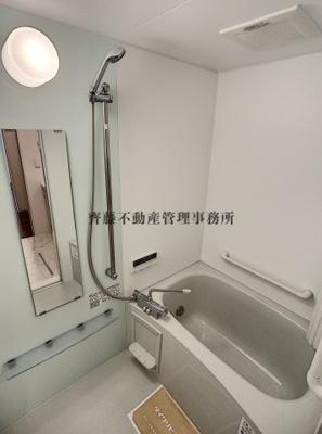 バスルームにも大きな鏡。さらに広々してゆったりくつろげます。